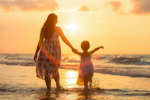 Mutter und Kind am Strand